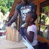 Kinderen bouwen bijenhotel in Amstelpark
